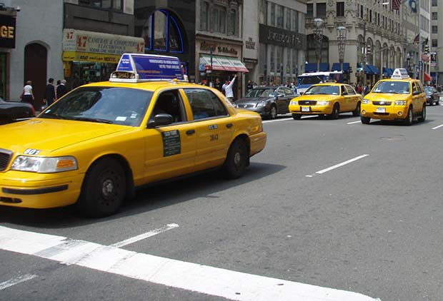 Taxibilar på en gata i New ork